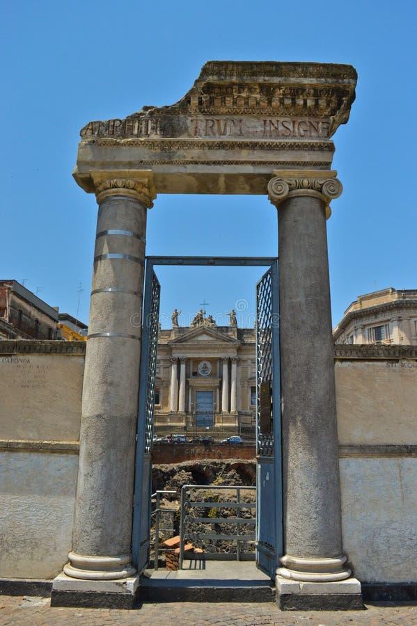 Porten av amfiteatern och Sanen Biagio Church i Catania arkivfoton