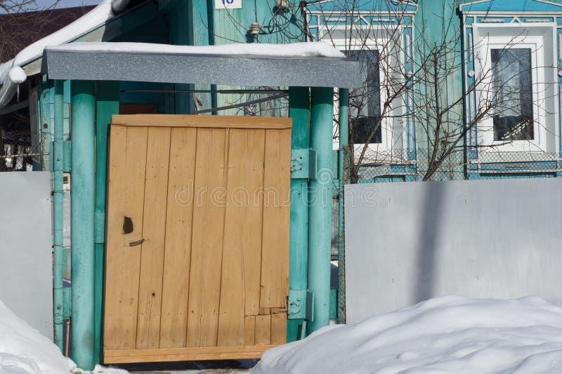 Porten av byhuset Typisk hus av rysk countr arkivfoto