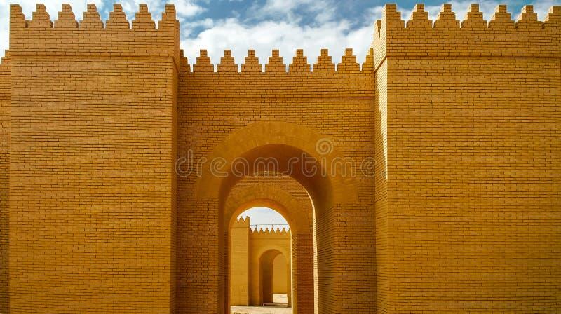 Porten av delvist återställda Babylon fördärvar, Hillah Irak arkivfoto