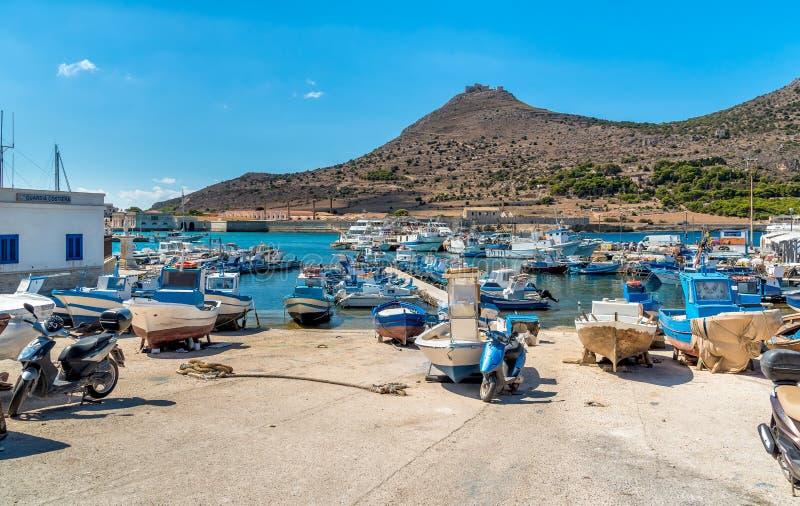Porten av den Favignana ön, är det störst av de tre Aegadian öarna i medelhavet arkivbild
