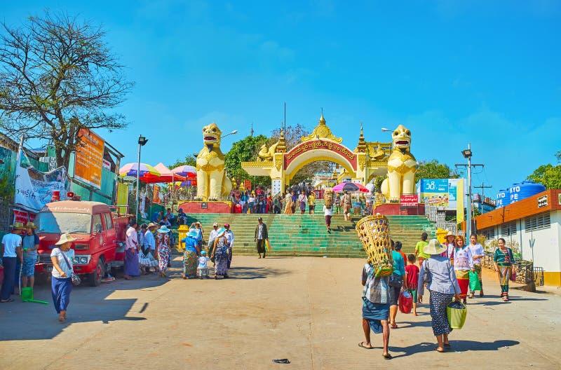 Porten av den Kyaiktiyo pagoden, Myanmar royaltyfri bild