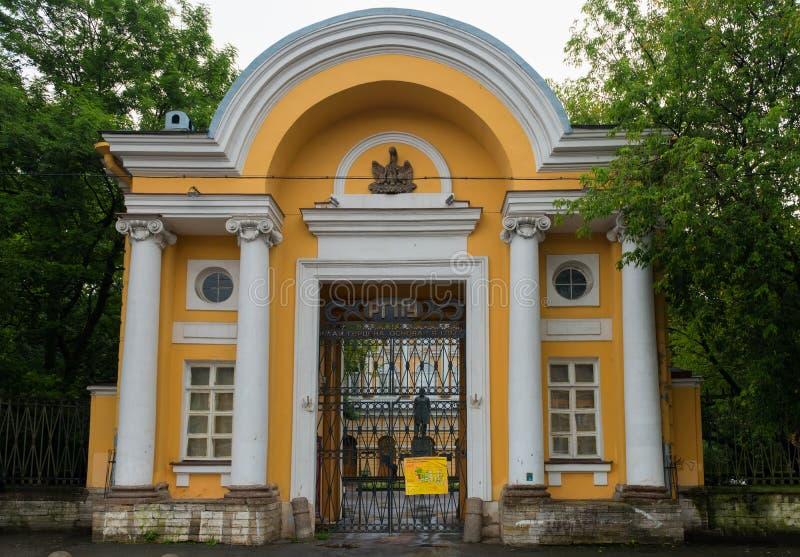 Porten av den Razumovsky slotten royaltyfri foto