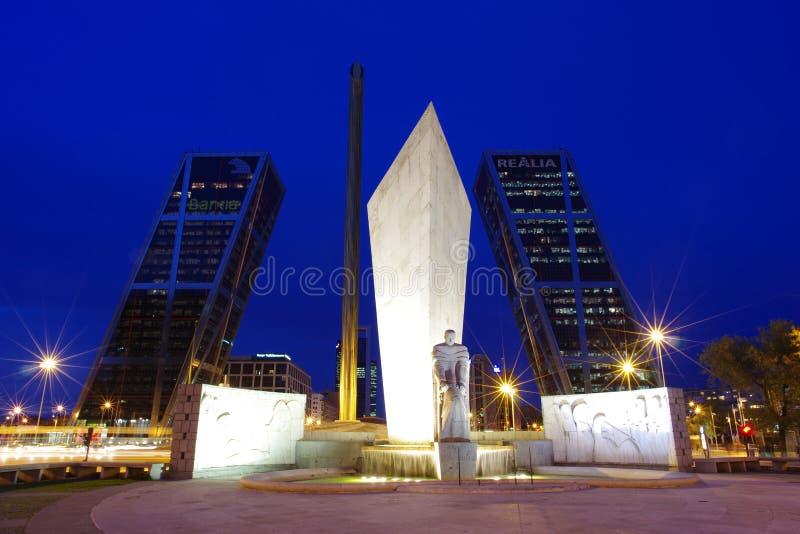 Porten av Europa torn också, bekanta som KIO-torn är tvilling- kontorsbyggnader i Madrid royaltyfria foton