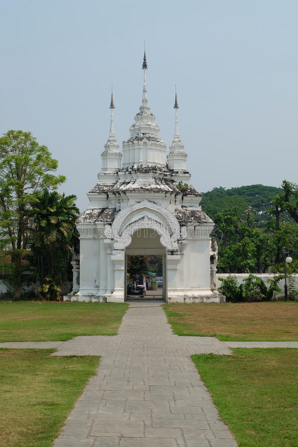 Porten av Wat Suan Dok är den thai templet i Chiang Mai arkivfoto
