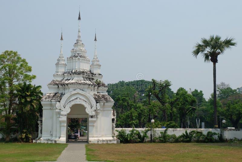 Porten av Wat Suan Dok är den thai templet i Chiang Mai royaltyfri foto