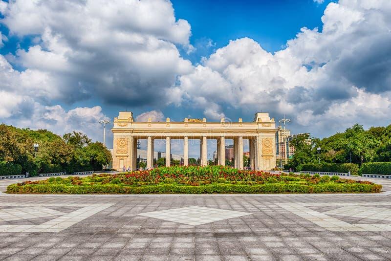 Porten för den huvudsakliga ingången av Gorkyen parkerar, Moskva, Ryssland royaltyfri fotografi