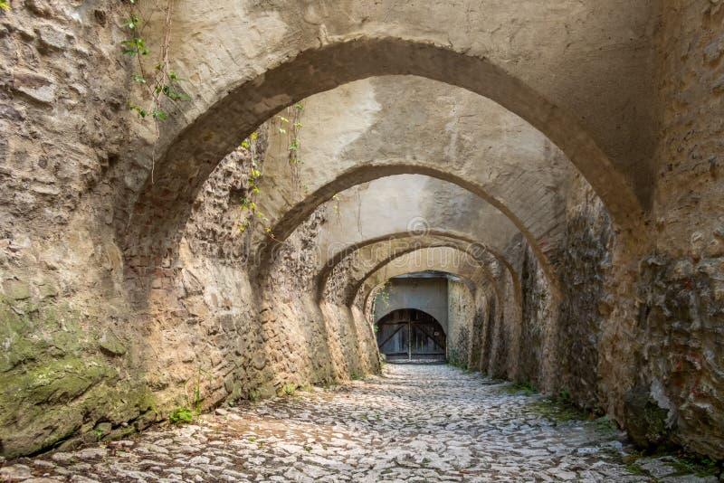 Porten med valvgångar på den saxiska UNESCOvärldsarvet av Biertan stärkte kyrkan Sibiu County Transylvania, Rum?nien fotografering för bildbyråer