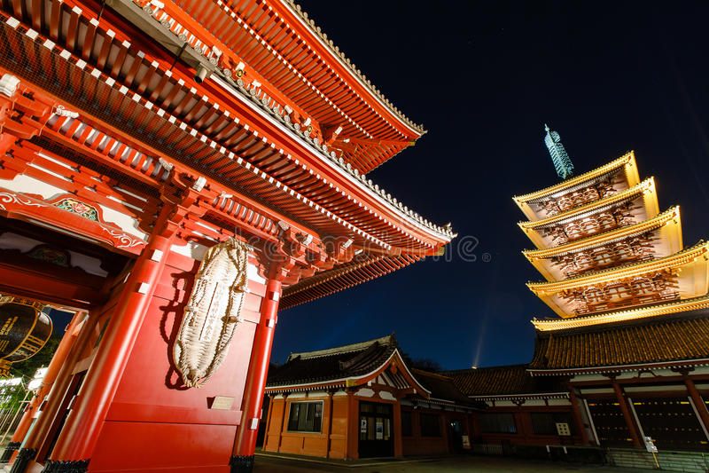 Porten och pagoden av Senso-ji förvarar i Tokyo fotografering för bildbyråer