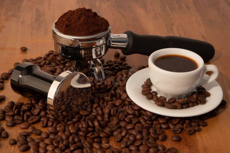 Porter Filter, calcadeira com feijão inteiro e café imagens de stock