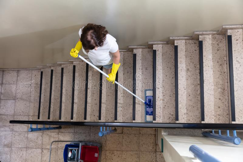 Portero Cleaning Staircase fotos de archivo