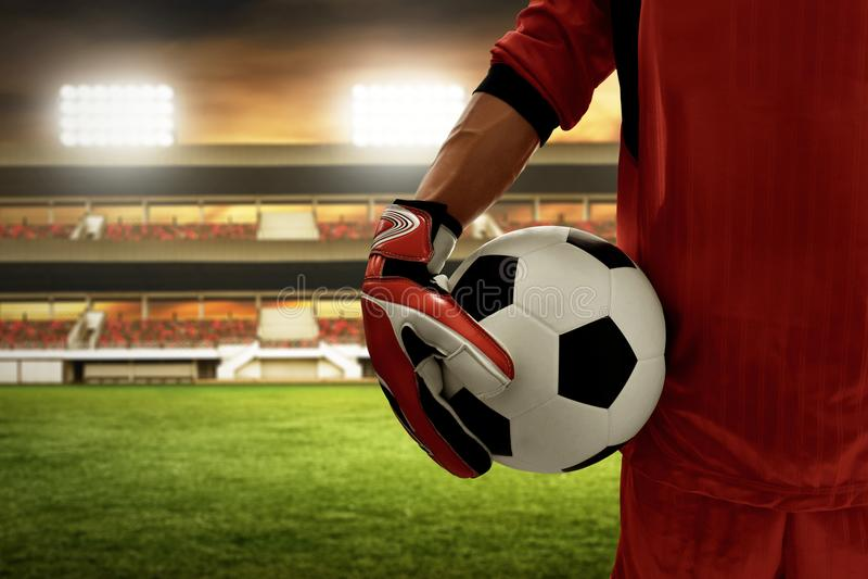Portero del fútbol que sostiene el balón de fútbol imagen de archivo