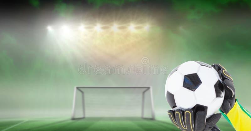 Portero del fútbol que sostiene la bola en meta foto de archivo libre de regalías