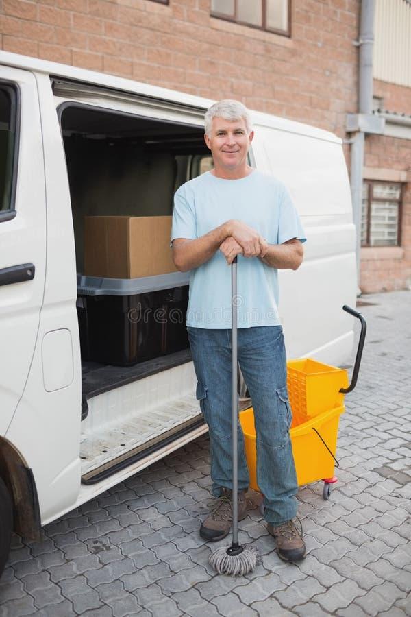 Portero en vehículo delante del almacén imagen de archivo