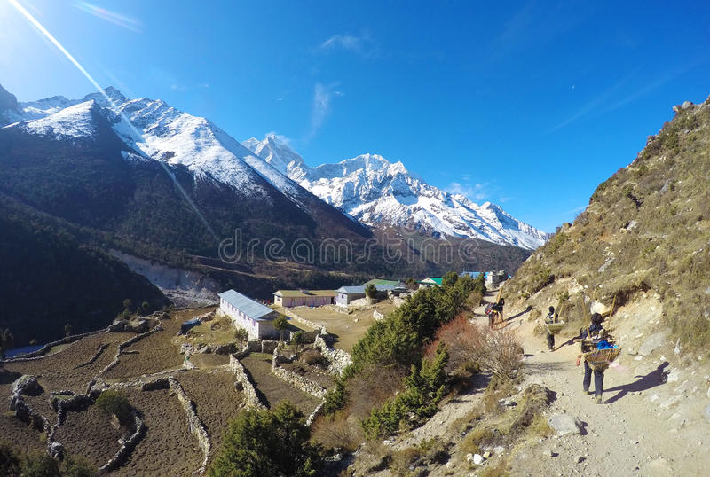 Portero nepalés (sherpa), pequeño pueblo de montaña imagenes de archivo