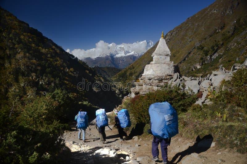 Porteros del Nepali en el rastro de Everest imagenes de archivo