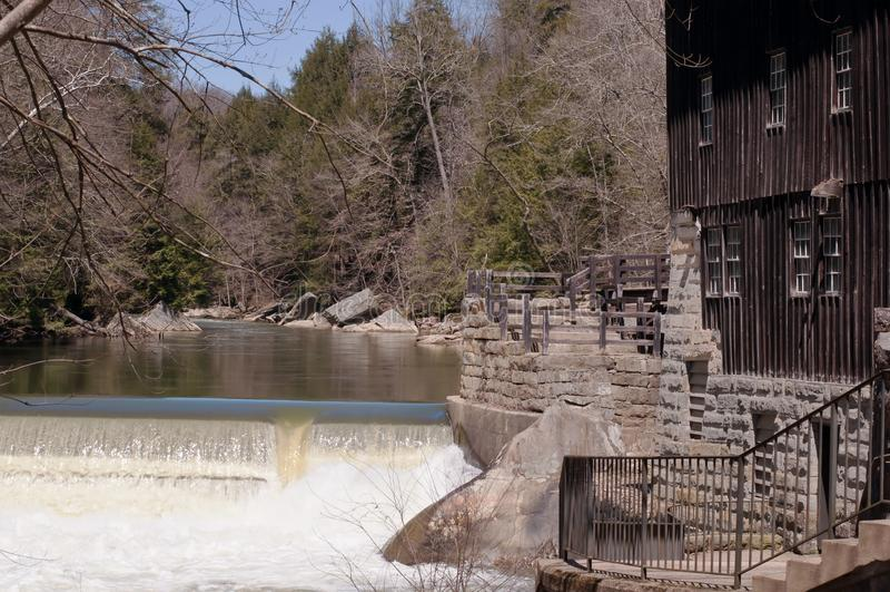 PORTERSVILLE, Mühlmahlgut-Mühlgebäude PENNSYLVANIAS, USA 4-20-2018 McConnells Die Mühle, eine von der ersten in Amerika funktioni lizenzfreie stockfotos