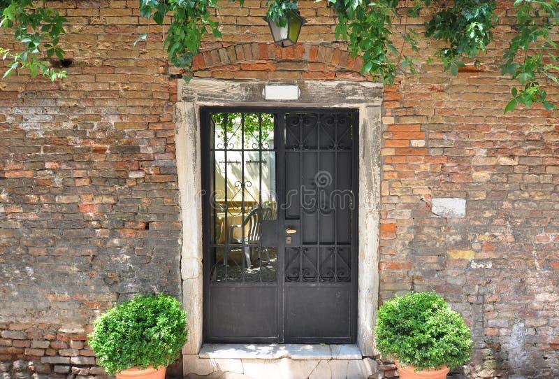 Portes à déchenchements périodiques et mur âgé sur un vieux bâtiment à Venise, Italie photographie stock libre de droits