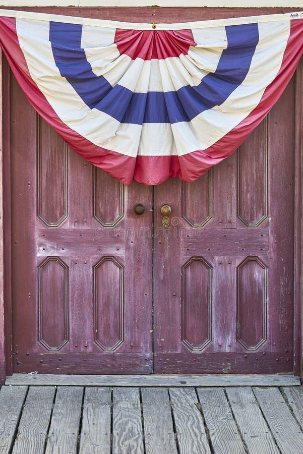 Portes antiques avec la bannière patriotique photographie stock libre de droits