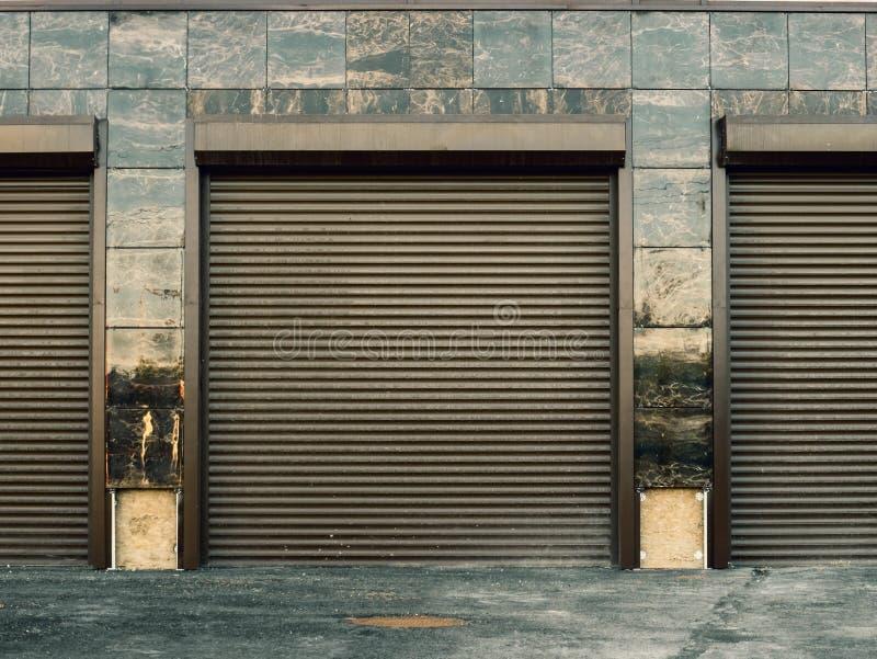 Portes automatiques d'ascenseur au stationnement de voiture de garage dans le nouveau bâtiment moderne image libre de droits