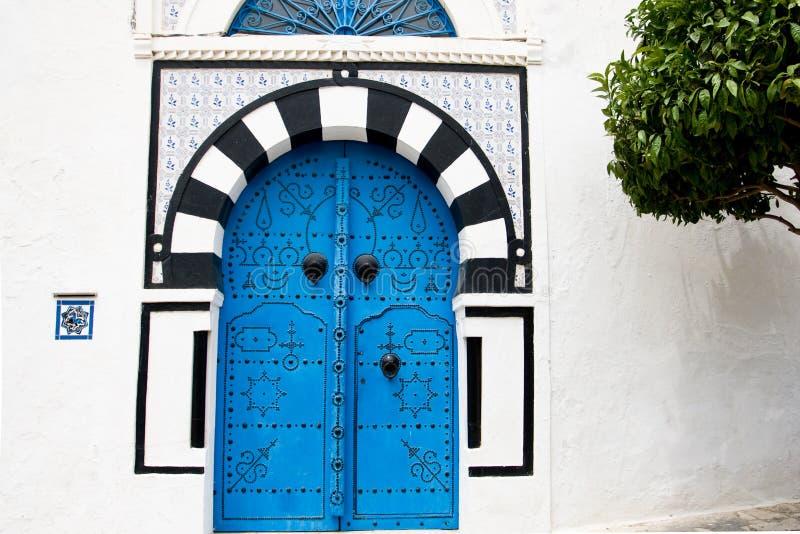 portes bleues et mur blanc du b timent en sidi bou said