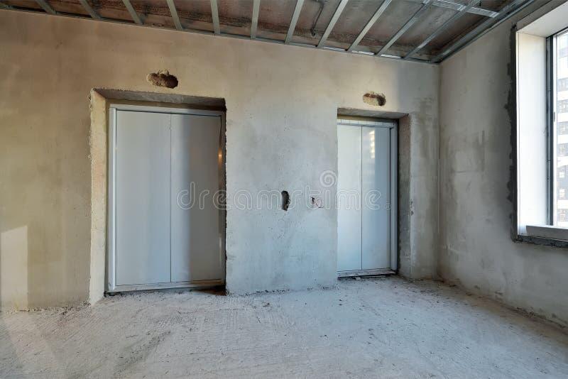 Portes d'ascenseur dans un nouveau bâtiment en construction photos stock
