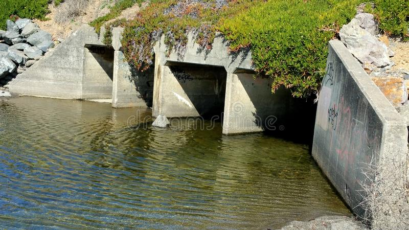 Portes d'eau et graffiti photo stock