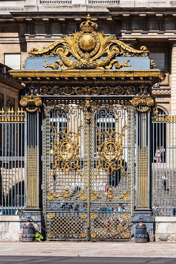 Portes d'or d'entrée au palais du juge Palais de Justic image libre de droits