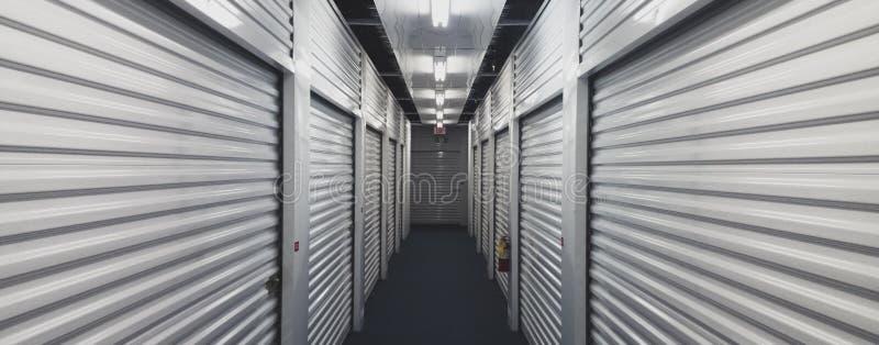 Portes d'unité de stockage d'individu de chaque côté d'un couloir d'intérieur image stock