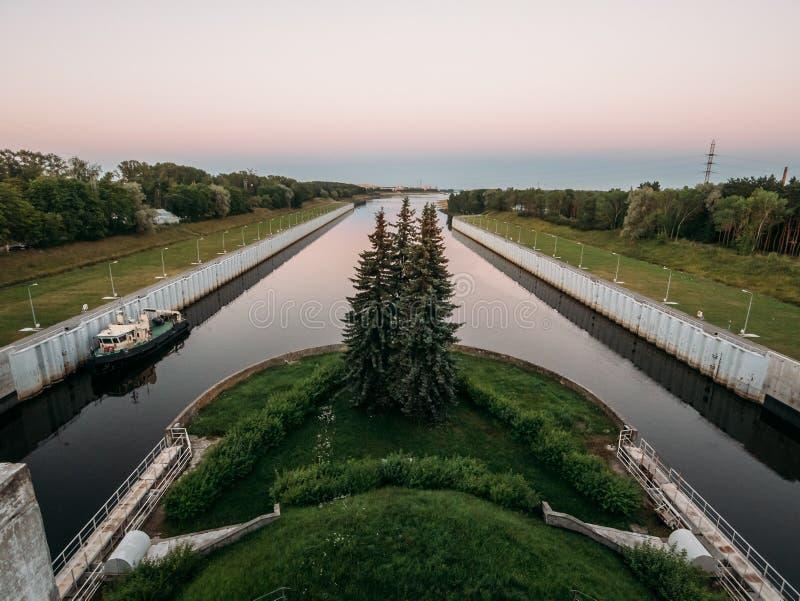 Portes de serrures d'expédition de rivière système, canal pour des bateaux et bateaux photo libre de droits