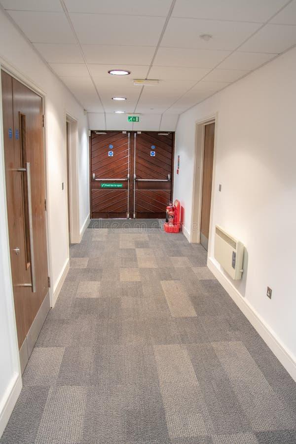 Portes de sortie de secours de secours dans un immeuble de bureaux photo libre de droits