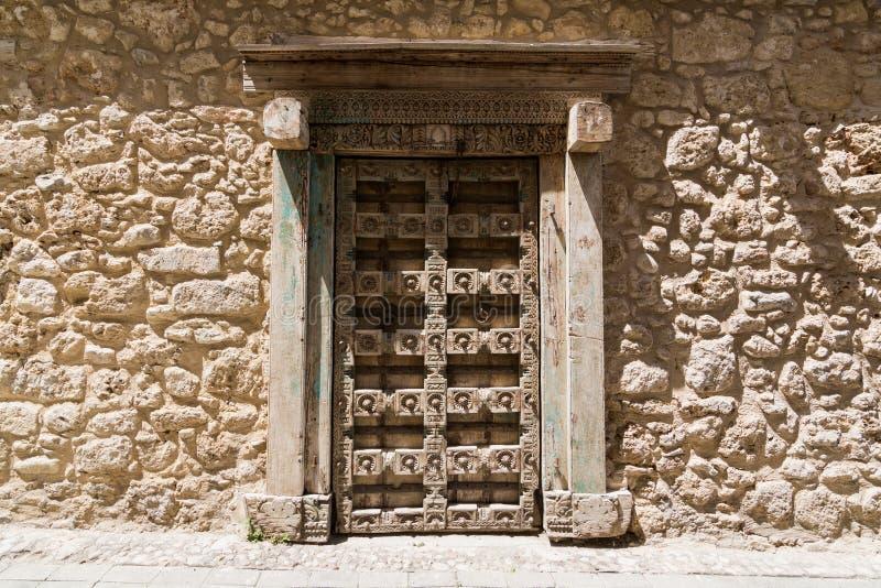 Portes en bois antiques dans Kyrenia, Chypre du nord photo libre de droits