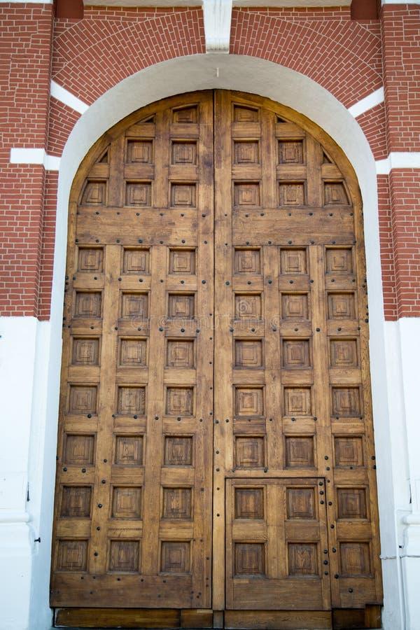 Portes en bois antiques de la tour de Spasskaya de Moscou Kremlin image libre de droits