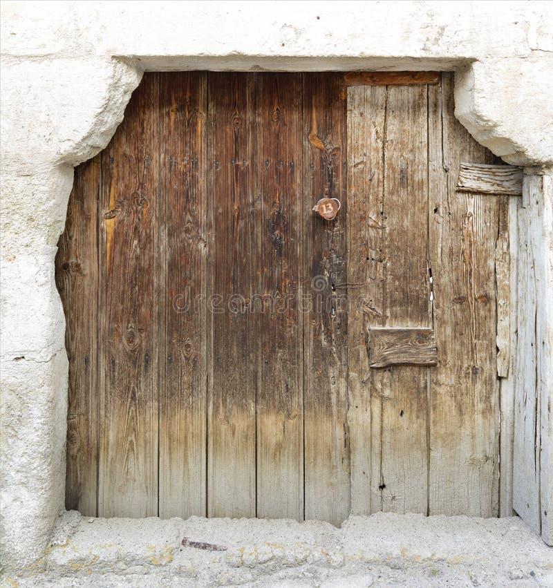 Portes en bois antiques trapézoïdales antiques avec une serrure en bois au milieu image libre de droits