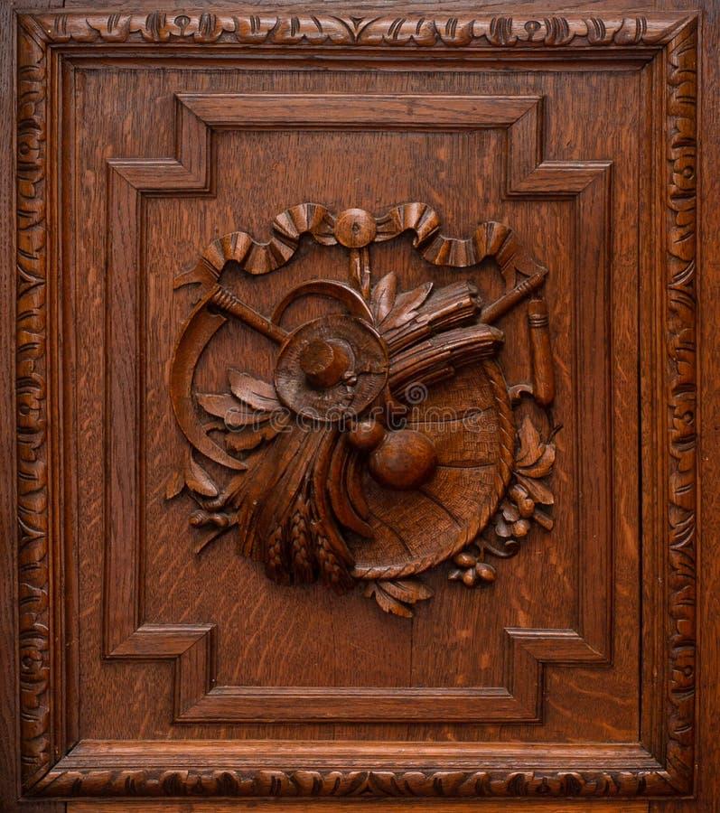 Portes en bois de garde-robe ou de placard La texture de l'arbre avec l'équilibre et de l'ornement au milieu Rétro conception images libres de droits