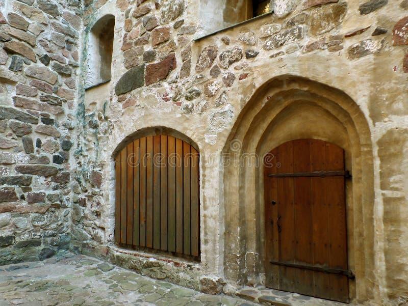 Portes en bois impressionnantes dans le château médiéval de Turku, site historique en Finlande image stock