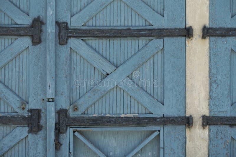 Portes en bois peintes par bleu photos stock