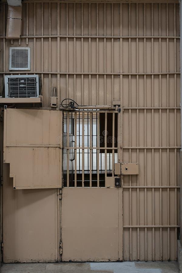 portes en métal en prison avec une grande serrure et des barres épaisses images stock