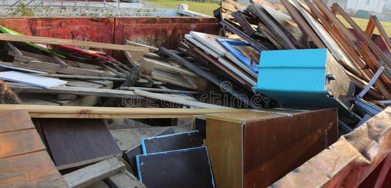portes et bas-côtés en bois au centre de collection de m recyclable photographie stock libre de droits