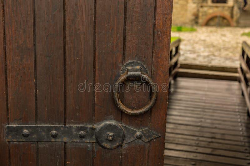 Portes et portes en bois antiques dans le château image libre de droits