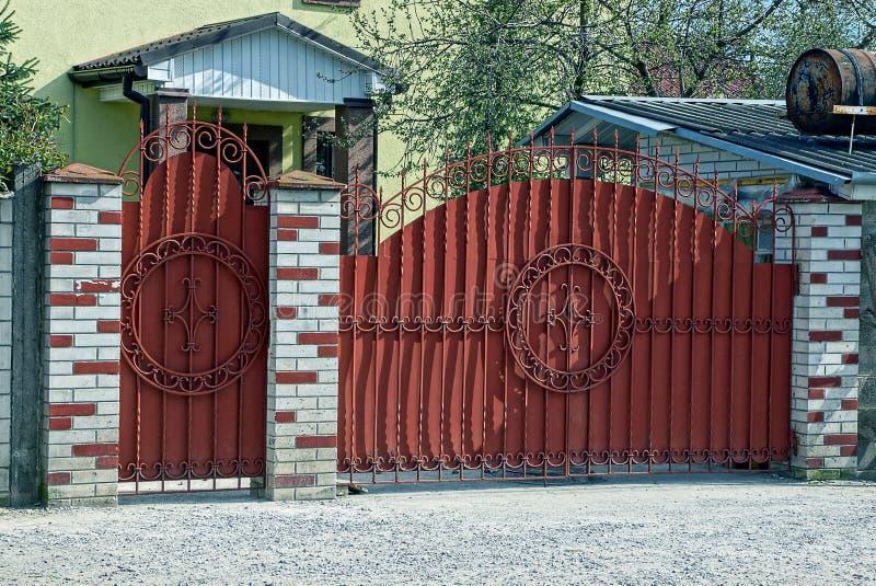 Portes fermées rouges et une porte de fer sur un mur de briques photo libre de droits
