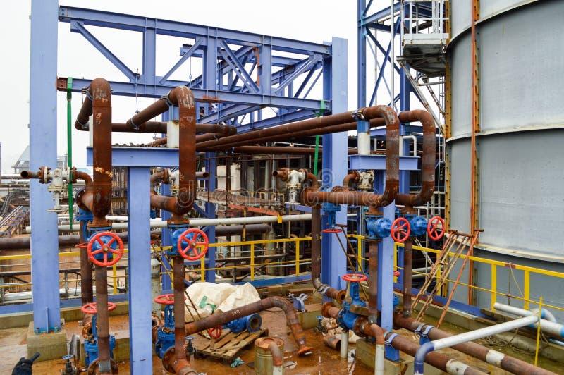 Portes, garnitures de tuyau rouillées dans la production pétrochimique photos stock