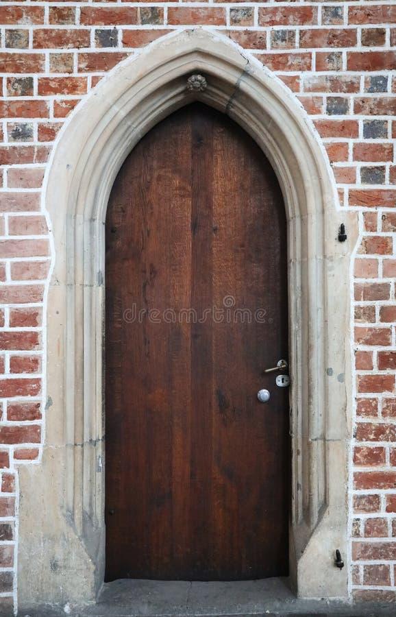 Portes gothiques en bois dans un mur de briques image stock