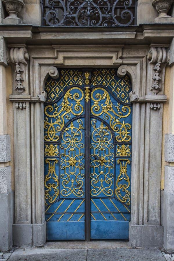 Portes incroyables dans le bâtiment d'université de Wroclaw poland photo stock