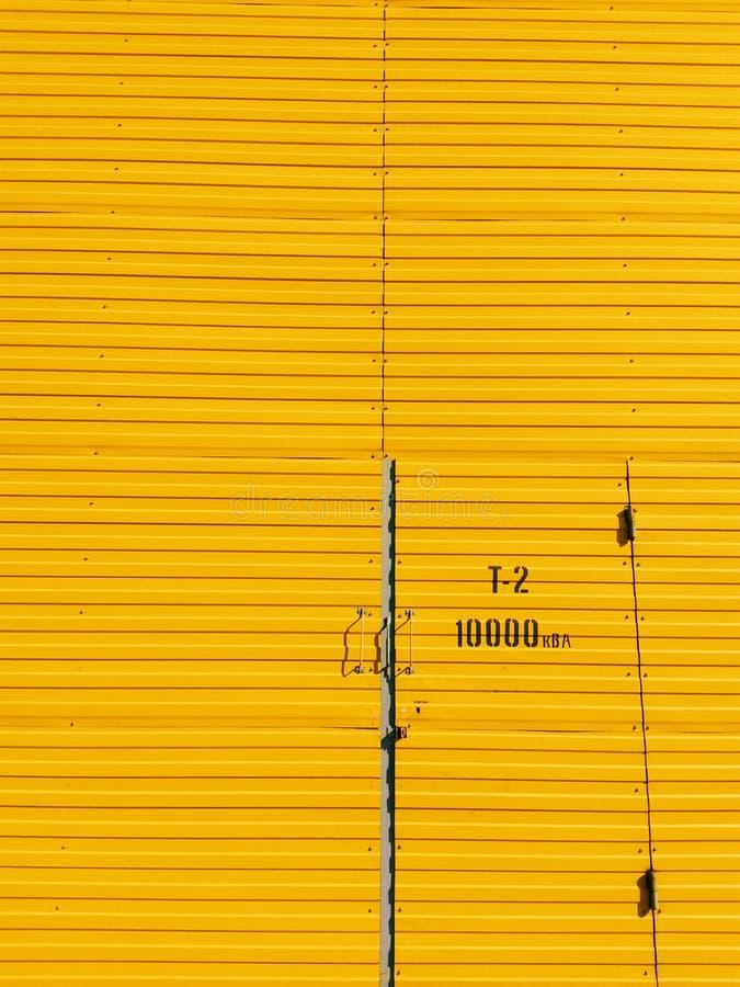 Portes jaunes sur un fond jaune images stock