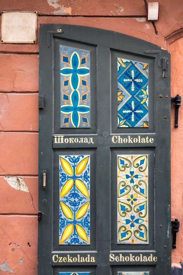 Portes Lviv de vintage avec du chocolat de mot écrit en différentes langues photo libre de droits