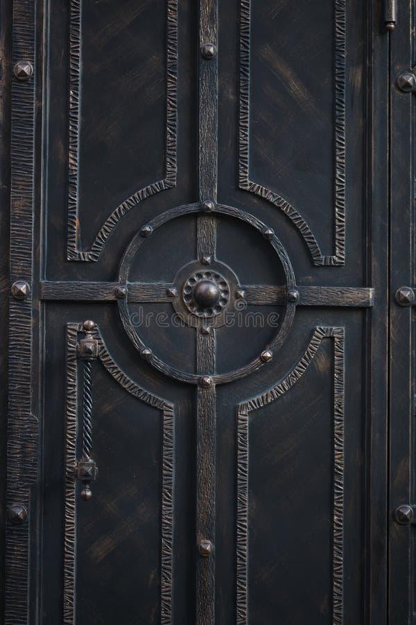 Portes médiévales de fer travaillé photographie stock
