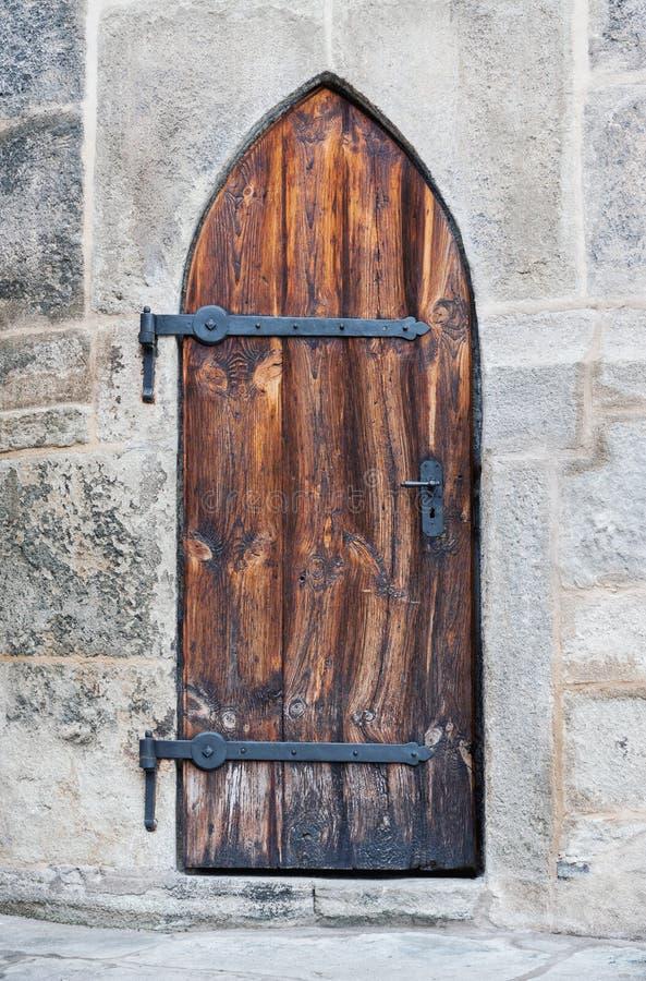 Portes médiévales en bois de château photographie stock libre de droits