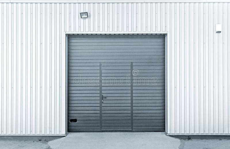 Portes modernes fermées de garage ou d'entrepôt photo stock