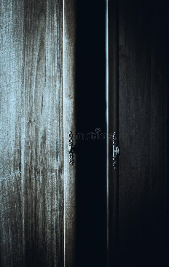 Portes ouvertes d'une garde-robe et d'une obscurité fantasmagorique à l'intérieur photographie stock