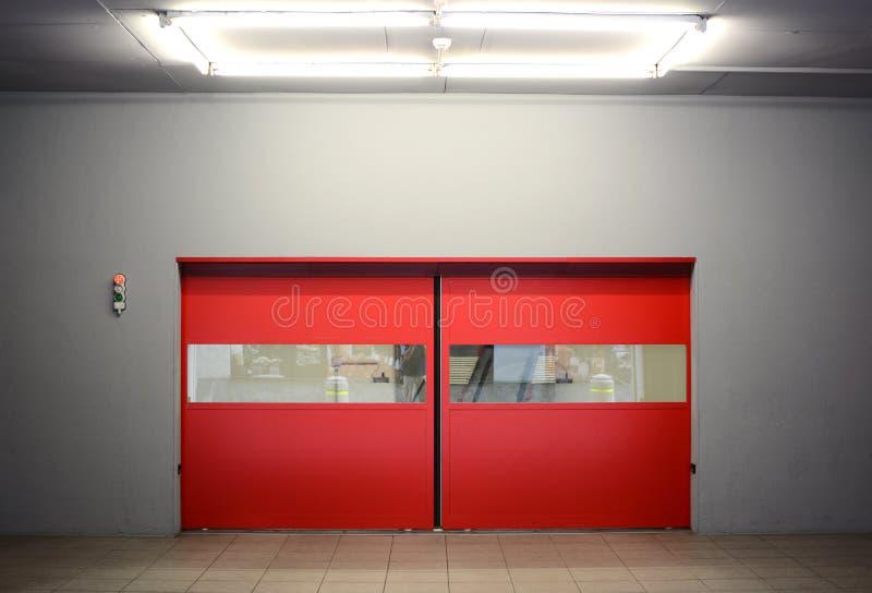 Portes rouges automatiques photographie stock